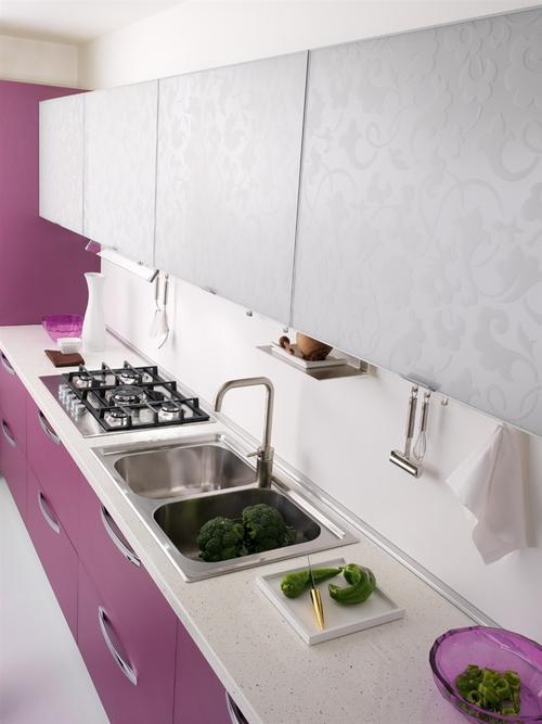 Cucina spar laccato viola con base a cestoni e colonna ad angolo con